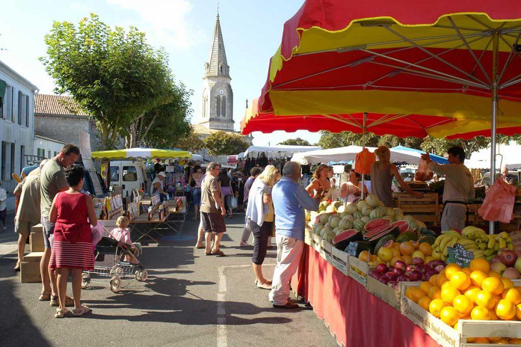 Une allée du marché de St Denis, Oléron