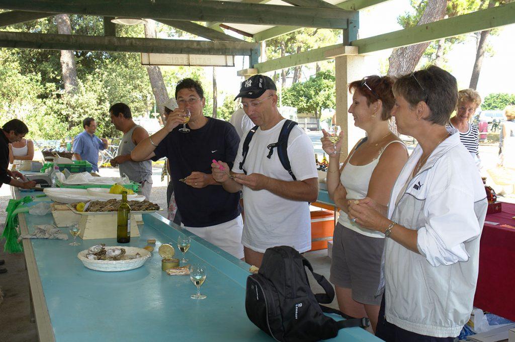 Marché du Gd Village Plage, dégustation d'huîtres