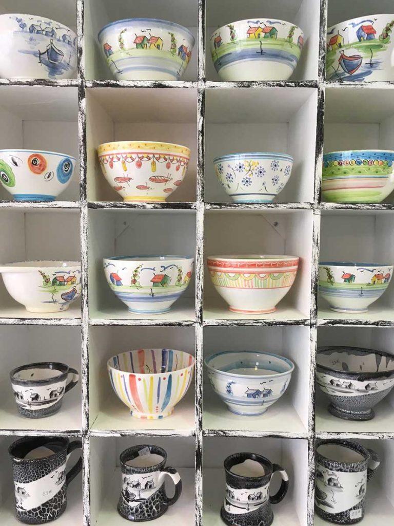 Poterie de Corinne, boutique Oléron, choix de bols