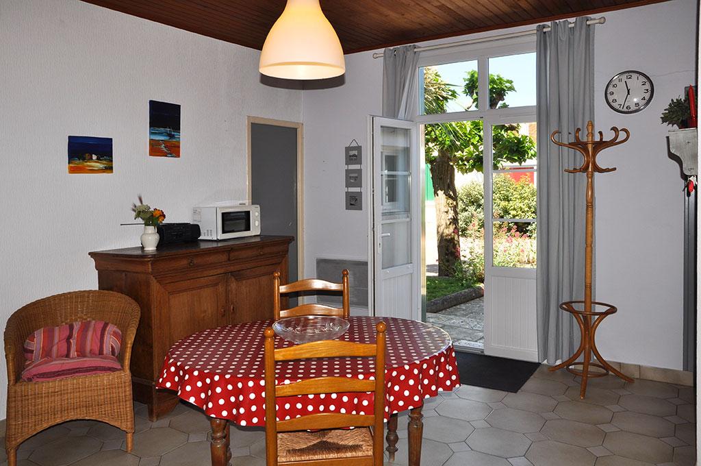 Location 2 Bouyer, salle à manger et terrasse