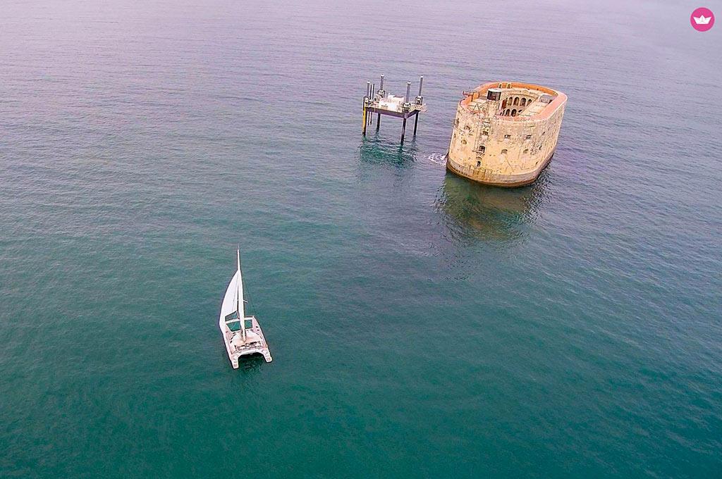 Fort Boyard avec un bateau de location.