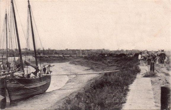 Chargement d'une gabare au quai de L'Îleau – Carte postale Braun n658, vers 1910