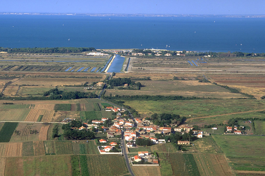 L'Ile, le chenal, au loin la Rochelle