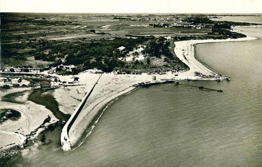 Le port du Douhet vers 1960 (carte postale Combier 367-53A).