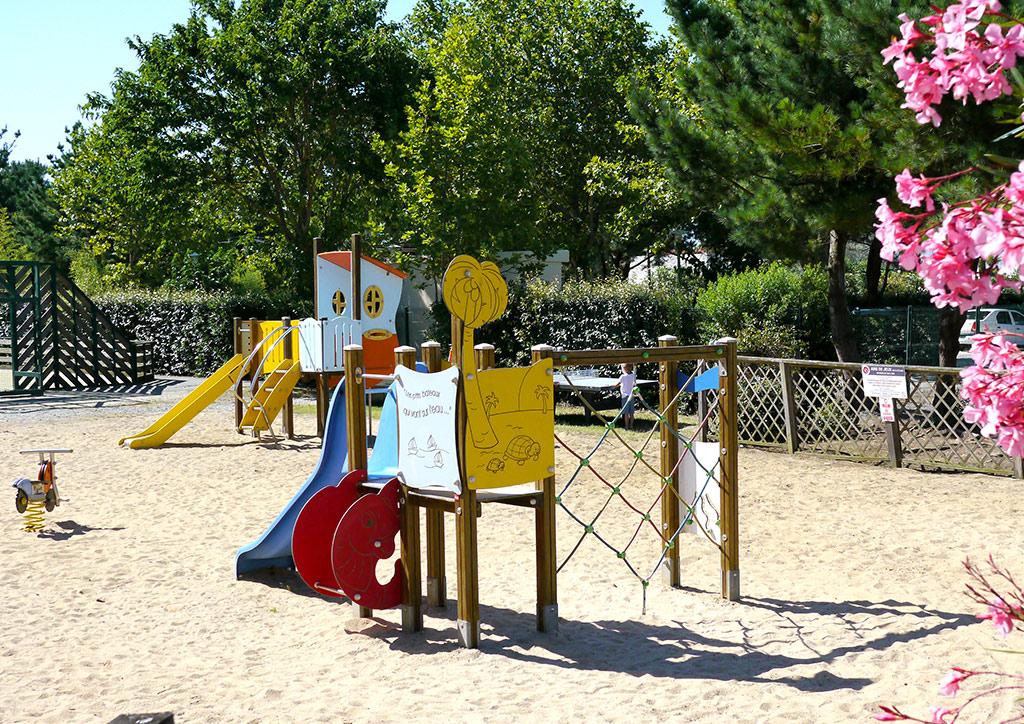 Camping Les Cabanes d'Oléron à Oléron, aire de jeux enfants