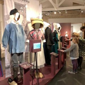 exposition temporaire habits d'autrefois - Musée de lîle d'Oléron